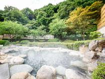 *【大浴場/露天風呂】緑に囲まれた開放感抜群の露天風呂は、春は花桃を望みながらお楽しみいただけます