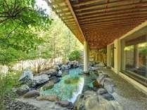 森を望む露天風呂