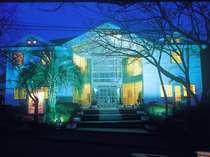 伊豆高原駅より続く、桜並木沿いのペンション外観