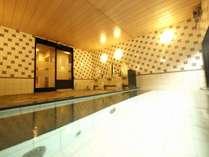 15:00~2:00、5:00~10:00まで大浴場を楽しめます。足を伸ばして全身を癒します。