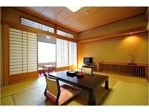 ☆和室(10畳)☆ 落ち着いた雰囲気のお部屋からは日光白根山が一望できます。