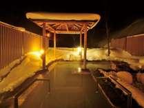 大自然に囲まれた夜の露天風呂で、ライトアップされた雪景色や、晴れた日は星空を眺めてほっこりゆったり♪