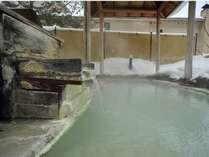 長年天然の硫黄泉を掛け流し続けていますので、浴槽の縁などに硫黄が白く結晶化し温泉の歴史を刻んでいます