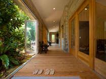 【廊下】大きな窓の外は自然のグリーンカーテン