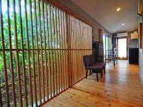 【廊下】リゾートホテルのような大きな格子窓