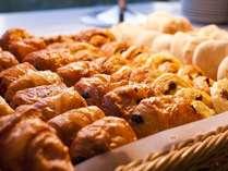 朝食ブッフェの焼き立てパンは、日替わりで数種類ご用意しております♪