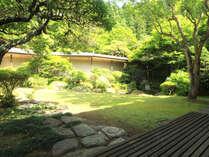 どのお部屋からも庭園散策が出来、四季折々の自然がお楽しみ頂けます。