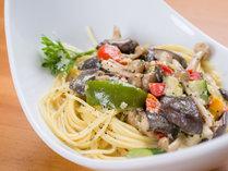 *お夕食一例/季節のお野菜ときのこがたっぷり入ったクリームパスタ。