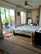 海の見えるシングルベッド2つのお部屋。