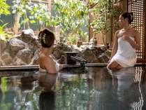貸切露天風呂-月-ゆっくりと景色を眺めながら温泉をお楽しみいただけます。