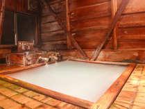 *内風呂・男湯/サルノコシカケが染み出たお湯は癌にも効果があるといわれています。