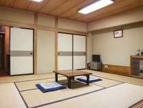 *「別館/客室一例」広縁を配した昔ながらのシンプルな和室10畳の客室
