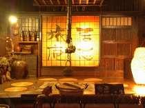 皆様ご存知の当館の囲炉裏の間、そばに足湯もあり、温泉卵もあり、風情を一番感じる場所です。