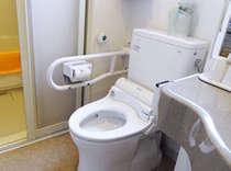 1室のみ、車イスでご利用可能な客室をご用意。他はバストイレ分離です。
