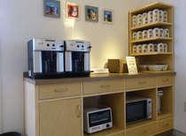 朝はラウンジにパン・ジュースなどの軽食を無料でサービス。