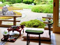 *朝食はお庭を眺めながらゆっくりと。お勤めの後にいただく朝食は別格です。