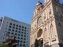 大聖堂とホテル本館。