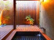 開放的な非日常の空間を演出。露天風呂で日頃の疲れを。