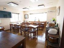 【食堂】陽の光が入り込む食堂で自慢のお食事をどうぞ。