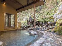 女子露天風呂。目の前には滝が流れており、情緒満載です。