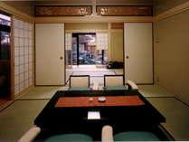 【特別室御法(みのり)】二間続き(8畳+6畳+次の間4畳)のゆとりあるシックで清楚な客室です。