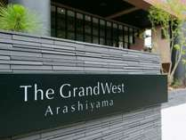 阪急嵐山駅から徒歩5分。駐車場も完備!