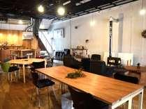 カフェスペースがロビーを兼ねています。