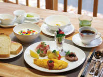 【朝食】心地の良い音楽を聴きながらのラウンジでの朝食は格別です。コーヒーやバケット等はおかわり自由。