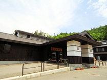 しらかば荘は川魚や山菜好きが集まる料理自慢の温泉宿です