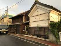 まち歩き…中心商店街にあるdaigo cafe店舗と土蔵。国登録有形文化財です。