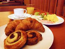 モーニングカフェではあつあつの焼きたてパンをご用意!(バイキングスタイル)
