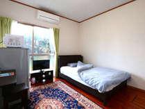 シングルルームの一例 ベットはセミダブルで広々 無線Wi-Fiです