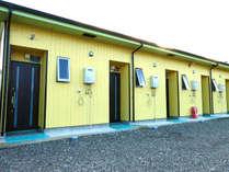 ペンション外観 黄色の壁が目印
