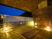 ■露天風呂■最上階のお風呂♪湯涌の山並みと満天の星空をお楽しみ頂けます。
