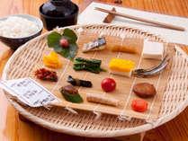 【朝食一例】カゴ盛りスタイルの朝食をご用意致します♪