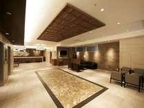 【ホテル・設備】広々空間のロビーエントランス、ゆったりとお寛ぎ頂けるソファーをご用意しております。