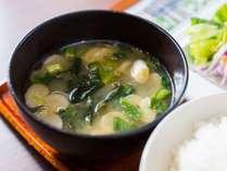 お客様の健康を考えて、有機大豆のお味噌汁をご用意