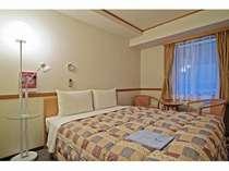 ダブルルームのベッドは160cm幅になります。