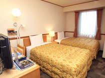 ツインルームでは120cm幅のシングルベッドが2つ!!