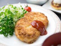 【スタンダード夕食】お客様の健康に配慮し、「日替わり定食」をご用意。(一例)