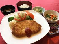 【スタンダード夕食】お客様の健康に配慮し、「日替わり定食」をご用意。(一例)(1)