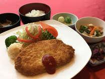 【スタンダード夕食】お客様の健康に配慮し、「日替わり定食」をご用意。(一例)(2)
