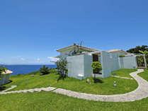 ハナステイ全景と庭越しの東シナ海と青空