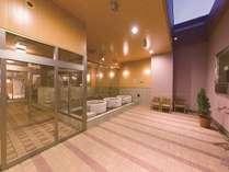 【みなぴりかの湯】露天風呂。大型テレビを2台完備。開放的な空間で贅沢なひとときを。
