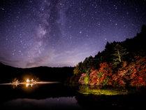 秋の紅葉と星空