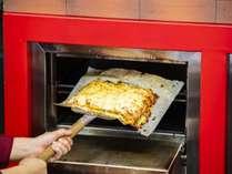 夕食ブッフェ 焼きたてピザをどうぞ