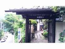 玄関口の写真です。昭和レトロな魅力があります。