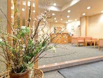 *【フロント/ロビー】季節の花をあしらいお待ちしております