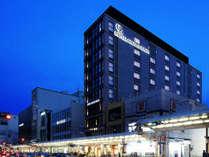 【外観】夜も賑わい活気溢れる四条通りに面するホテル。