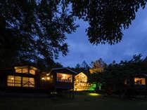 十勝まきばの家・夜のコテージエリアの風景は幻想的な雰囲気です。